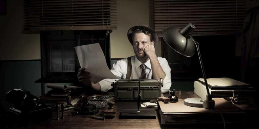 copywriter escribiendo textos con maquina escribir